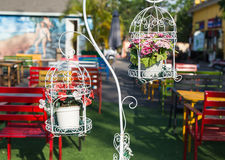 Gabbia decorativa con i fiori fotografie stock libere da diritti