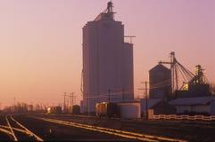 Gabbia del silo di grano in KS al tramonto Fotografia Stock Libera da Diritti