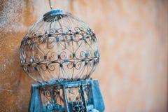 Gabbia per uccelli antica vuota all'aperto immagini stock