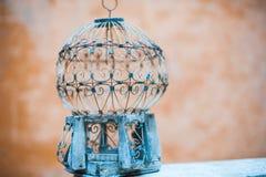 Gabbia per uccelli antica vuota all'aperto fotografia stock libera da diritti