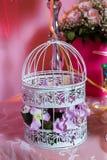Gabbia per uccelli bianca decorativa in pieno delle rose rosa Candy Antivari fotografia stock