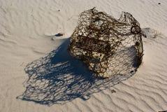 Gabbia sulla spiaggia fotografie stock