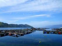 Gabbia tradizionale dei pesci in lago Toba Immagine Stock