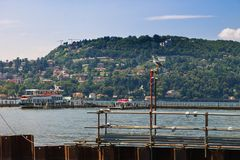 Gabbiano sul lago Como contro lo sfondo delle montagne fotografia stock libera da diritti