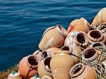 Gabbie di Fisher per le aragoste ad un porto immagini stock libere da diritti