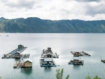 Gabbie di galleggiamento del pesce che coltivano in Lut Tawar Lake, Takengon, Ace Immagine Stock Libera da Diritti
