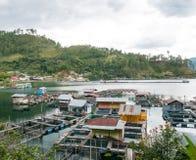 Gabbie di galleggiamento del pesce che coltivano in Lut Tawar Lake, Takengon, Ace Fotografia Stock Libera da Diritti