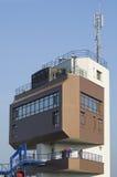 GABCIKOVO, ESLOVÁQUIA - 1º DE NOVEMBRO DE 2013: Close-up da torre de controlo das represas de Gabcikovo em Danube River com turis Fotos de Stock