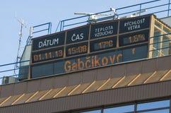 GABCIKOVO, ESLOVÁQUIA - 1º DE NOVEMBRO DE 2013: Exposição de informação na parte superior de torre de controlo das represas de Ga Imagem de Stock