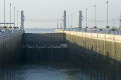 GABCIKOVO, ESLOVAQUIA - 1 DE NOVIEMBRE DE 2013: Nivel del agua baja en uno de los shiplocks de las presas de Gabcikovo en el río  Imagenes de archivo