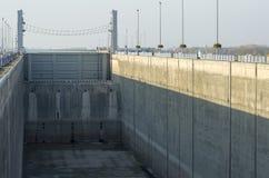 GABCIKOVO SLOVAKIEN - NOVEMBER 01, 2013: En av shiplocksna av Gabcikovo fördämningar på Danube River torkade för underhåll Arkivfoto