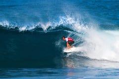 Gabe Kling que practica surf en los amos de la tubería Fotografía de archivo libre de regalías