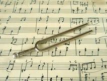 Gabel auf alter Blattmusik Lizenzfreie Stockfotografie