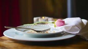 Gabel auf einem Platten-Schieber mit einer rosa Rose stock footage