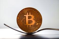 Gabel Bitcoin-Münzen Lizenzfreie Stockbilder