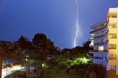 Gabel-Blitz gegen einen blauen nächtlichen Himmel - Torquay, Devon Lizenzfreie Stockfotos