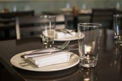 Gabel, Messer, Platte, Serviette und Glas dienten für Restaurant lizenzfreie stockfotos