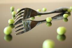 Gabel mit grünen Erbsen Stockbild