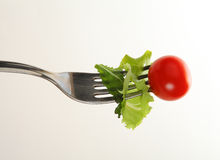 Gabel mit Salat Stockfoto