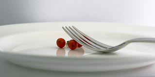 Gabel und Beeren auf einer weißen Platte Stockfotos