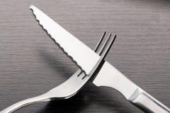 Gabel und Messer auf dem Tisch lizenzfreie stockfotografie