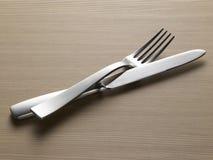 Gabel und Messer auf hölzerner Hintergrundbirke Stockfotografie