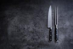 Gabel und Messer Gabel und Messer auf konkretem Brett Stockfotografie