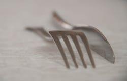 Gabel und Messer auf weißer Karte Stockbild