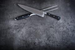 Gabel und Messer Gabel und Messer gekreuzt auf konkretem Brett Lizenzfreie Stockfotografie
