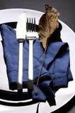 Gabel und Messer mit Blatt lizenzfreie stockfotografie