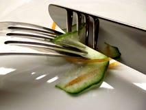Gabel und Messer mit Gemüse lizenzfreie stockfotos