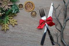 Gabel und Messer mit rotem Bogen als Dekoration des neuen Jahres stockfotografie