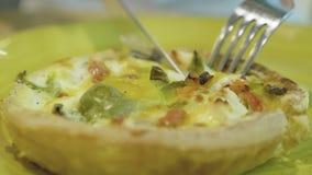 Gabel- und Messerausschnittscheibe der gesunden Gemüsetorte stock video
