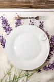 Gabel und Platte legten auf hölzernen Speisetisch der Weinlese Stockbild