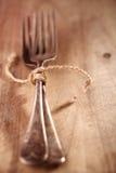 Gabel zwei gebunden durch Schnur auf altem Holz, Hintergrund Stockfoto