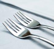 Gabeln eingestellt auf Restauranttabellenmakroschuß stockfotografie
