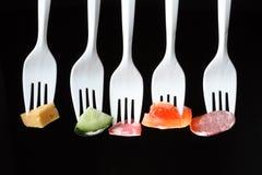 Gabeln mit Nahrung lizenzfreie stockfotografie