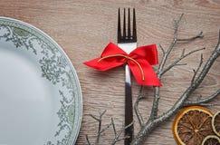 Gabeln Sie mit rotem Bogen auf der Tabelle des neuen Jahres Lizenzfreie Stockfotografie