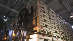 Gabelstapler-Ansätze-Waren entladen Fracht auf Palette stock footage