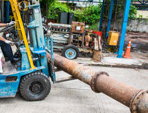 Gabelstapler-bewegliches großes Stahlrohr lizenzfreie stockbilder