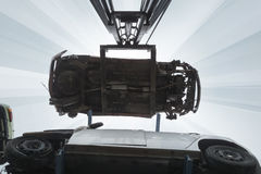 Gabelstapler, der Autowracke hochzieht Stockbilder