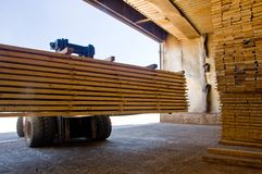 Gabelstapler, der Bauholz 5 handhabt Lizenzfreies Stockfoto