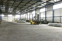 Gabelstapler in der Produktionshalle Stockfotografie