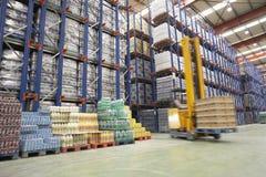 Gabelstapler-Fahrer In Warehouse lizenzfreies stockfoto