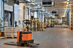 Gabelstaplergabelhubwagen im Verladedock innerhalb Kühlraum wa Lizenzfreies Stockbild