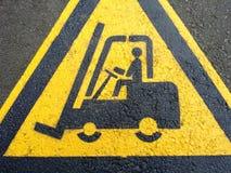 Gabelstaplerzeichen auf dem Asphalt Lizenzfreies Stockfoto