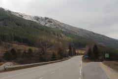 Gabelung auf Winterstraße zu Koprivshtitsa in Bulgarien Stockbilder