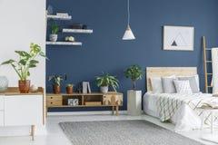 Gabinet z roślinami i łóżkiem fotografia stock