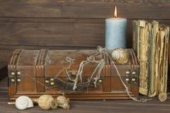 Gabinete bloqueado misterioso Caja de Pandora Pechos de tesoro de madera Encontrar una caja de madera misteriosa Imagen de archivo libre de regalías