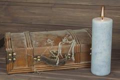 Gabinete bloqueado misterioso Caja de Pandora Pechos de tesoro de madera Encontrar una caja de madera misteriosa Fotografía de archivo